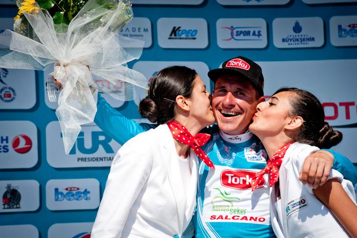 イヴァイロ・ガブロフスキー(ブルガリア、コンヤ・トルク)がリーダージャージを守り、ポディウムガールのキスに喜ぶ