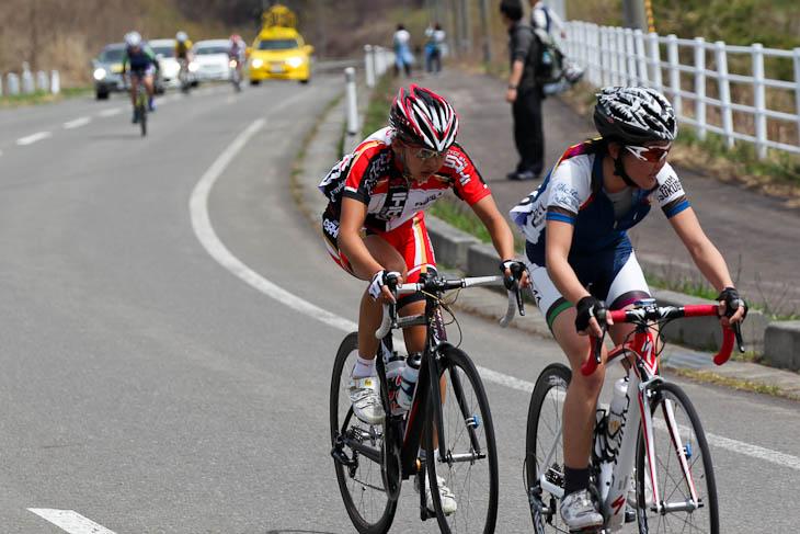 ラスト2km、與那嶺恵理(チーム・フォルツァ!)先頭で萩原麻由子(サイクルベースあさひ)との勝負へ