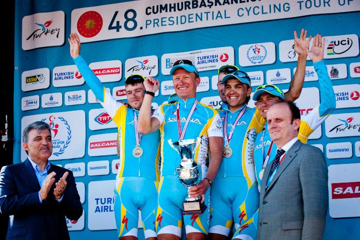チーム総合優勝を挙げたアレクサンドル・ヴィノクロフ(カザフスタン)率いるアスタナ
