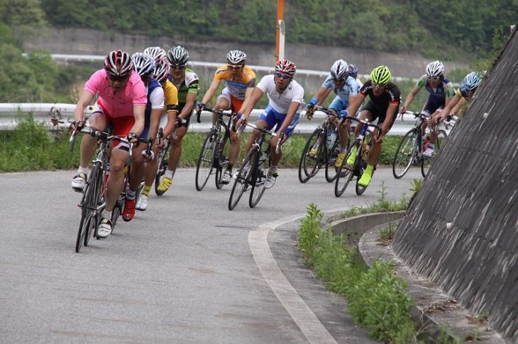 先頭に出るオーバー40ピンクジャージの小坂正則(スワコレーシングチーム)