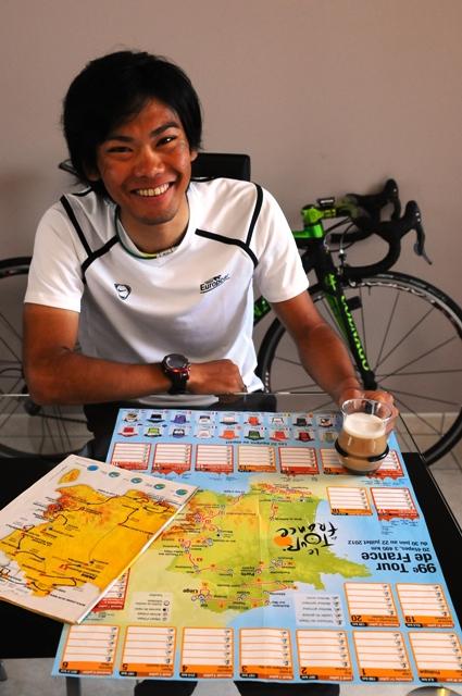 ツール・ド・フランス2012のコースマップをチェックする新城幸也(ユーロップカー)