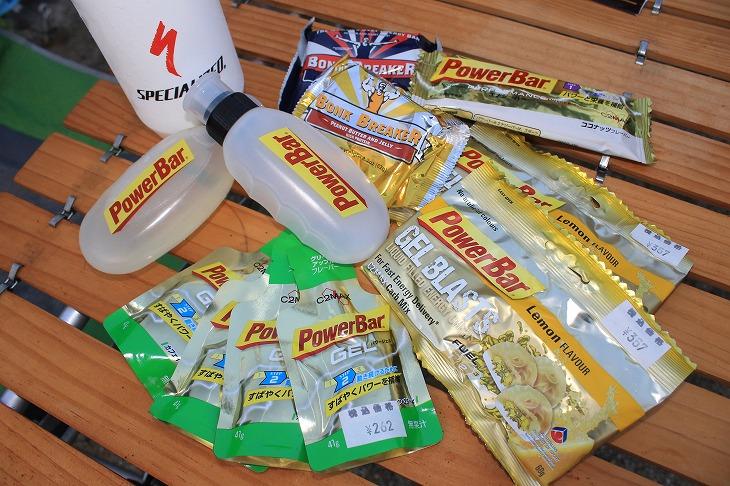SDA王滝で用意した補給食の例。ジェルやバーにより総計3000kcal以上を用意したが、ドリンクでエネルギーが摂取できればジェルや固形物は減らすことができる