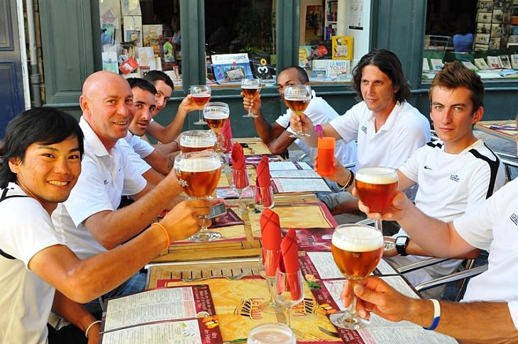 ユーロップカーのチームメイトと乾杯する新城幸也