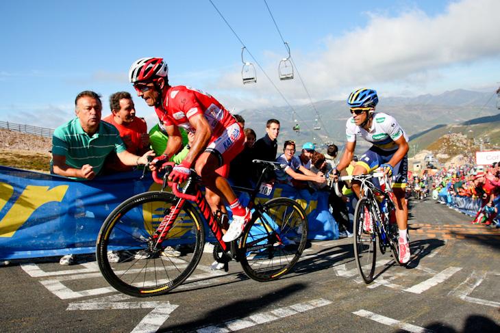 超級山岳クイトゥ・ネグルで一進一退の攻防を繰り広げるアルベルト・コンタドール(スペイン、サクソバンク・ティンコフバンク)とホアキン・ロドリゲス(スペイン、カチューシャ)