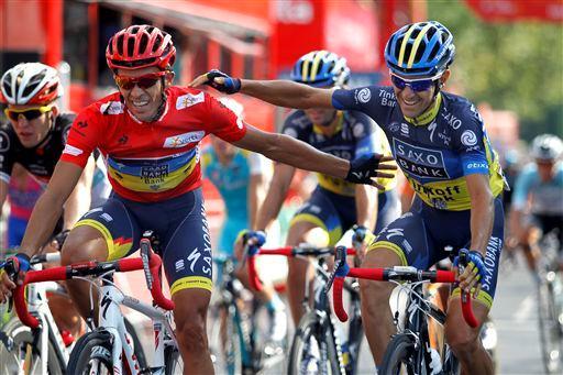 エルナンデスと笑顔でゴールするアルベルト・コンタドール(スペイン、サクソバンク・ティンコフバンク)