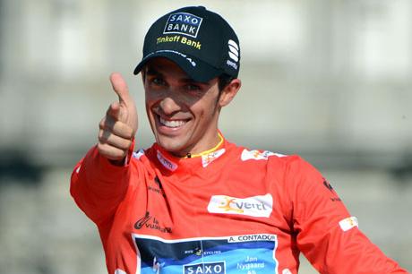 表彰台でアルベルト・コンタドール(スペイン、サクソバンク・ティンコフバンク)のポーズが炸裂