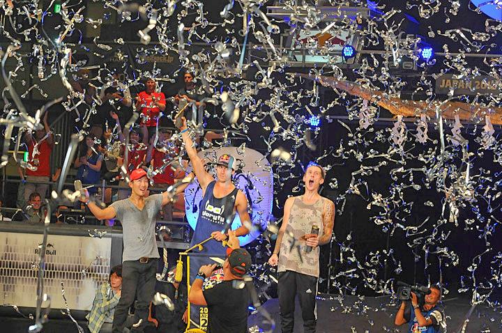 銀テープ舞う表彰台 中央は優勝したビッキー・ゴメス(スペイン)  Tweet 銀テープ舞う表彰台