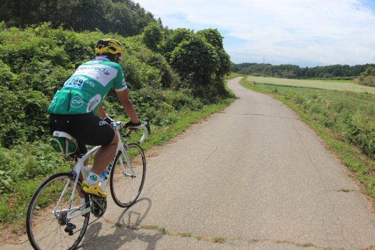 ほぼ自転車専用道路。クルマとすれ違う事は皆無です。