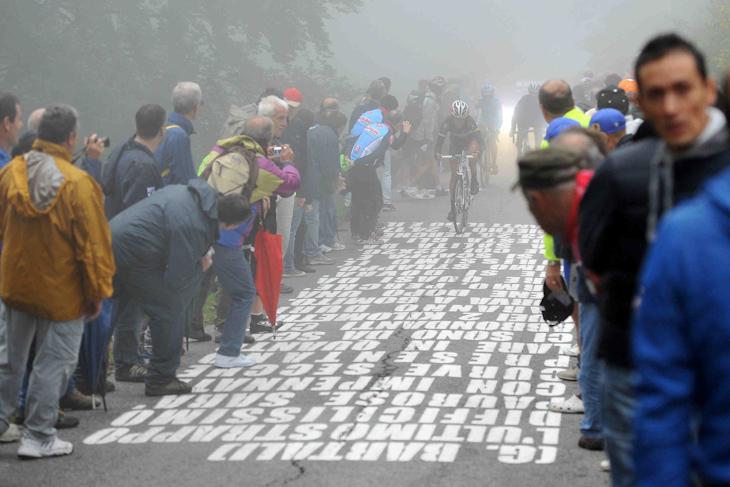 霧立ちこめるソルマーノの壁(ムーロ・ディ・ソルマーノ): photo:Press Ciclismo RCS