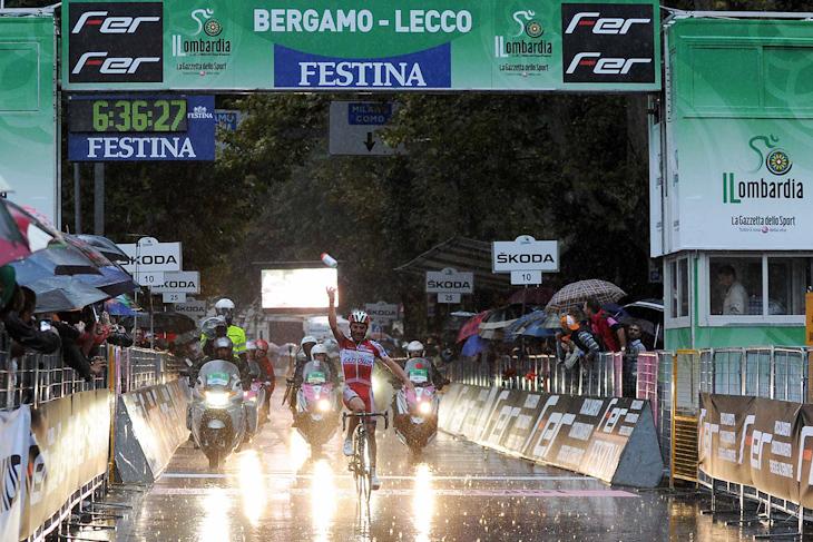 雨のレッコにゴールするホアキン・ロドリゲス(スペイン、カチューシャ): photo:Press Ciclismo RCS