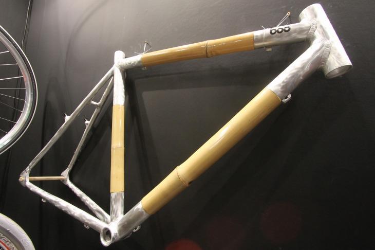 竹を使ったバイクを提唱するbooBicycle。写真はアルミラグと竹チューブのCXバイク