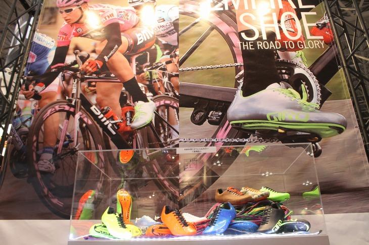 タイラー・フィニーの足元を支える新型ロードシューズ「エンパイア」を中心に据えた展示を行なったジロ