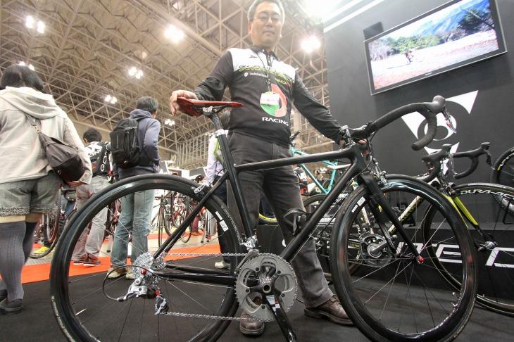 開発最終段階のプロトバイク「T-800」と、新矢豊さん