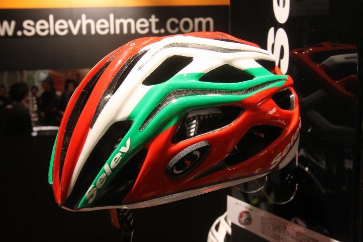 セレーヴの新型ヘルメット「MP-3」。直線的なデザインが新しい