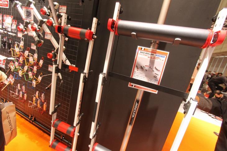 ミノウラブースに展示された極狭3本ローラー台。普通の製品がワイドに見えるほど