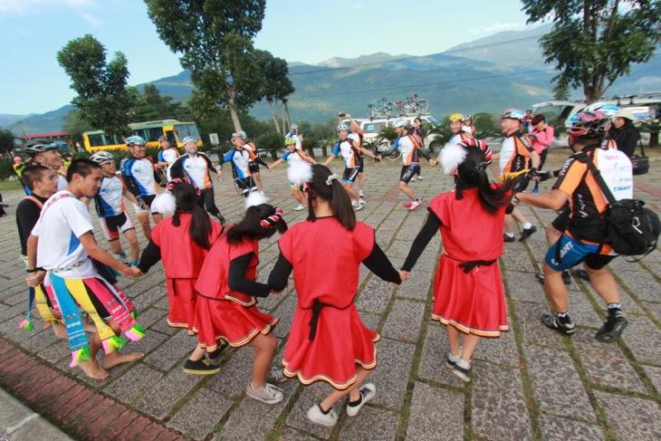 原住民の子どもたちの歓迎ダンスを踊りだす