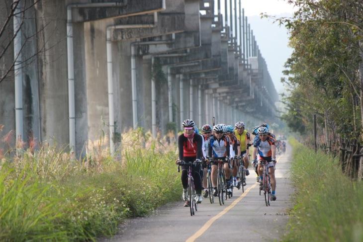 廃線跡を利用したサイクリングロード 上を通るのは高架式の新鉄道だ