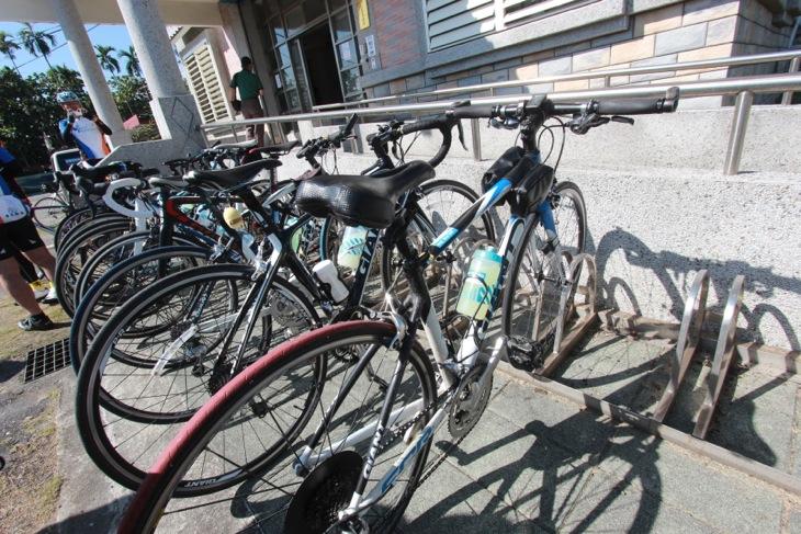 警察署にはバイクラック完備。「いつでも休憩しに寄って下さい」