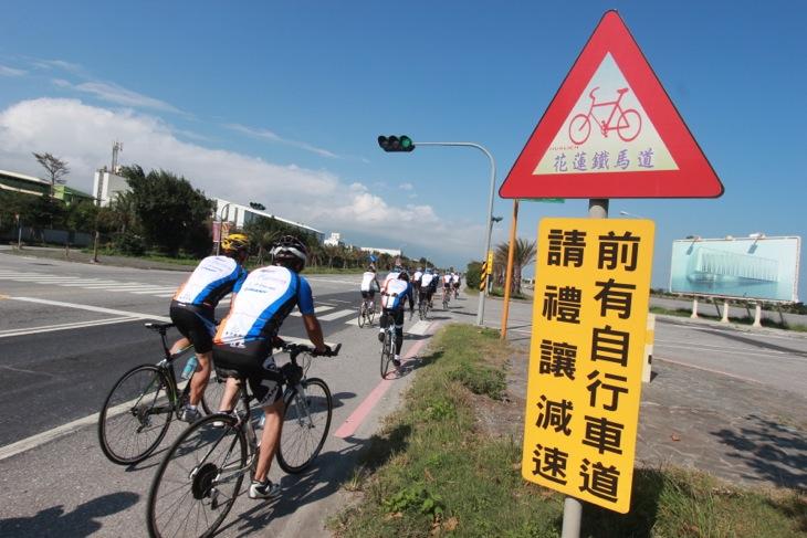 自転車が通ることを表す注意標識
