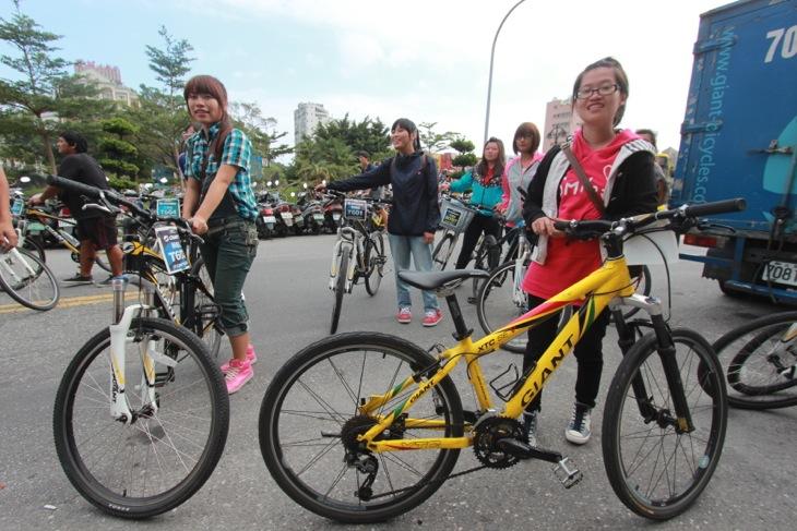 一日サイクリングを楽しみ、MTBを返却にきた女子&男子高校生たち