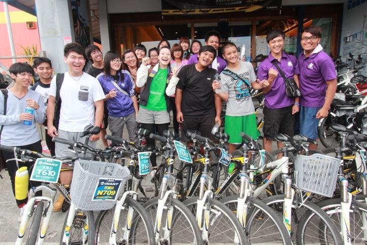レンタルバイクで楽しんだ地元の男女高校生グループ