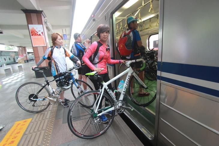 自転車もそのまま積み込める客車に乗り込む