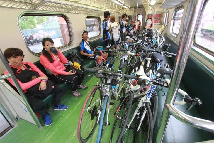 客車のなかに直接自転車を持ち込んでいる