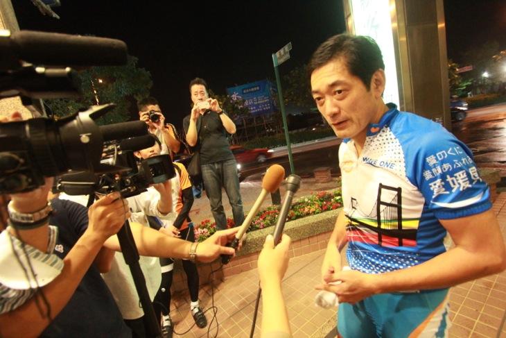 一日を走り終えた中村愛媛県知事がテレビ局のインタビューに応える
