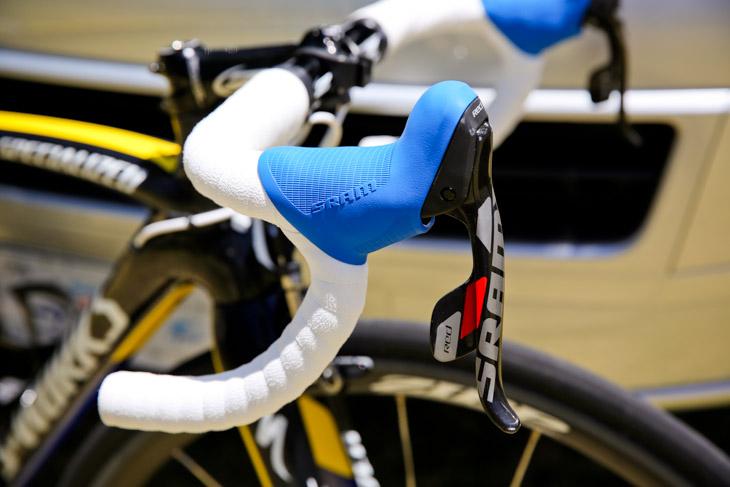 ステムやハンドルはZIPP製で、SRAMのブラケットはブルーに