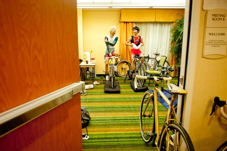 ホテルのミーティングルームでメカニック作業やローラートレーニングを行っている