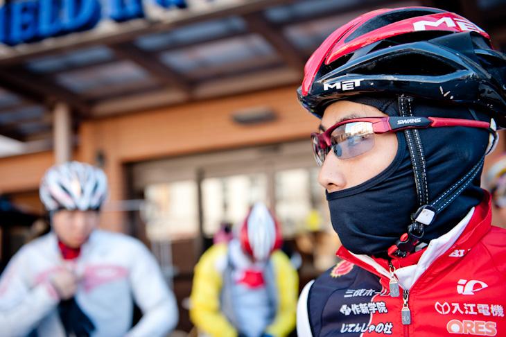 コースでのオフィシャルトレーニングに向かう小坂光(宇都宮ブリッツェンシクロクロスチーム)、とにかく寒い!