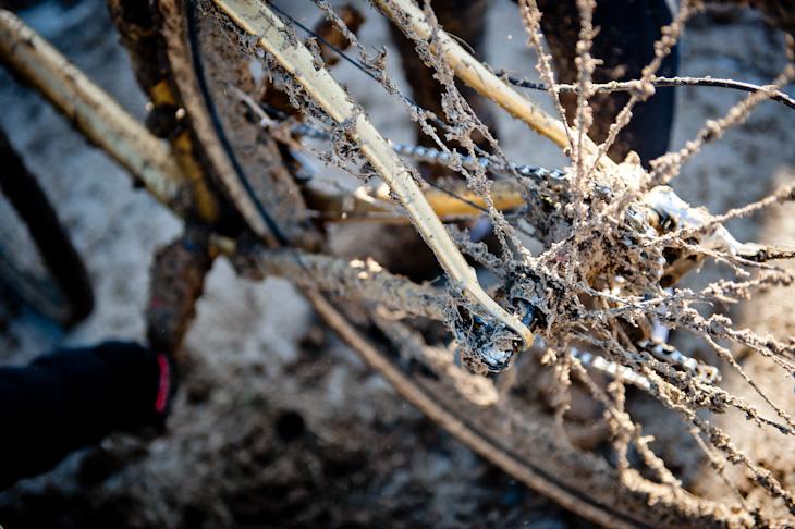 凍った泥がバイク全体を覆う