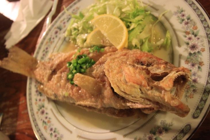 コロ鯛の素揚げバター焼き。名物グルクンを凌ぐ美味しさでした。