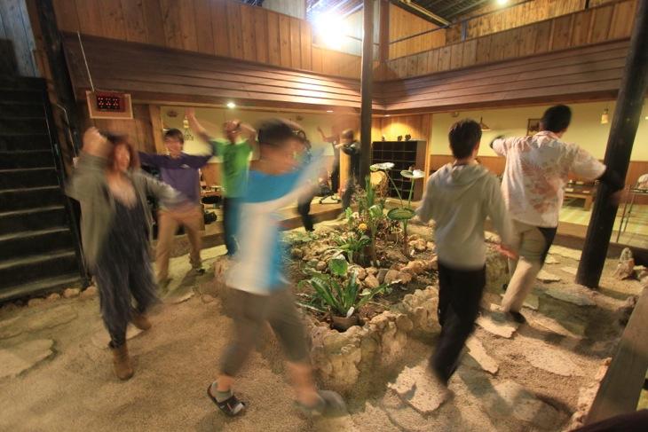 三線のライブに合わせて、美ら島ライダーの集団がエイサーを踊り始める。この団体さんは北海道からの参戦だったそうだ。