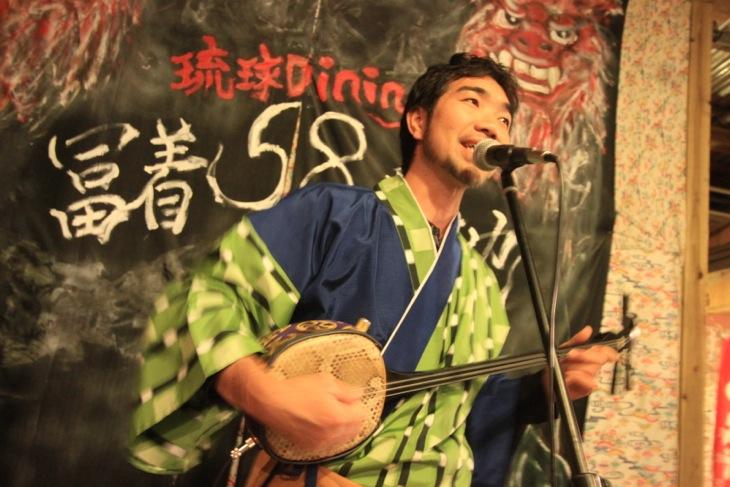 琉球を代表する楽器である三線の音色が店内に流れる。