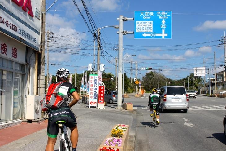 浦崎の交差点。いよいよここからレースが始まるポイントだ。