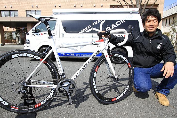 グラファイトデザインの新モデルT800と開発者の松崎 雄一郎氏