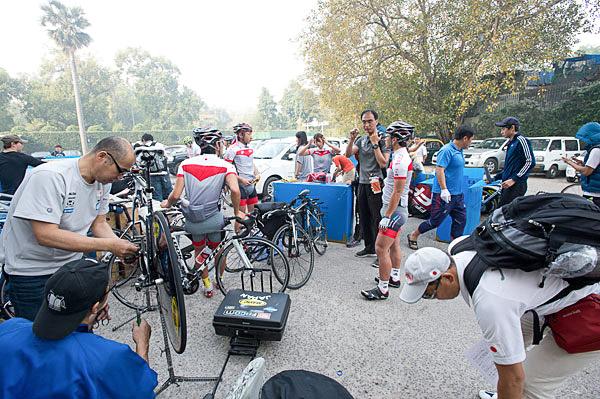 日本チームの自転車保管場所。明日からロードが始まるが、まだロードコースが決定していない状況