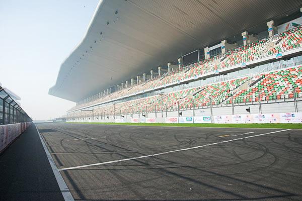 会場のサーキット、ここの内外を走る。その間は何と平面交差