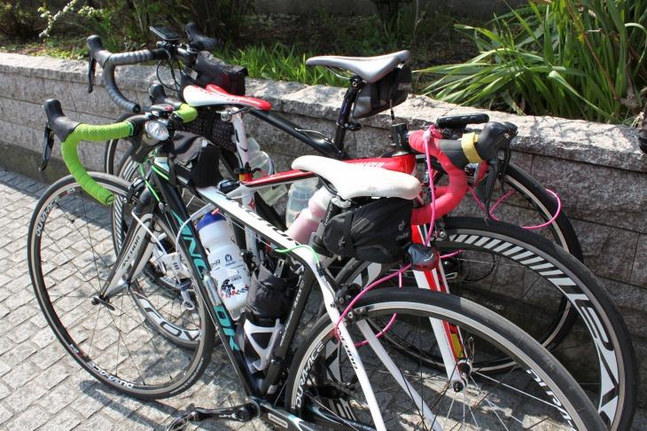 お店に入るときは2、3台を交互に重ねて一緒に鍵をかける。ワイヤーロックもサイクリングのマストアイテム