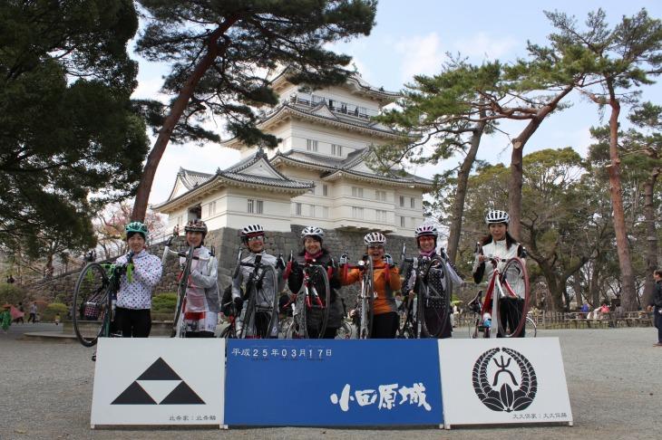 昭和35年5月に、市制20周年の記念事業として復興した小田原城天守閣を眺めながら休憩