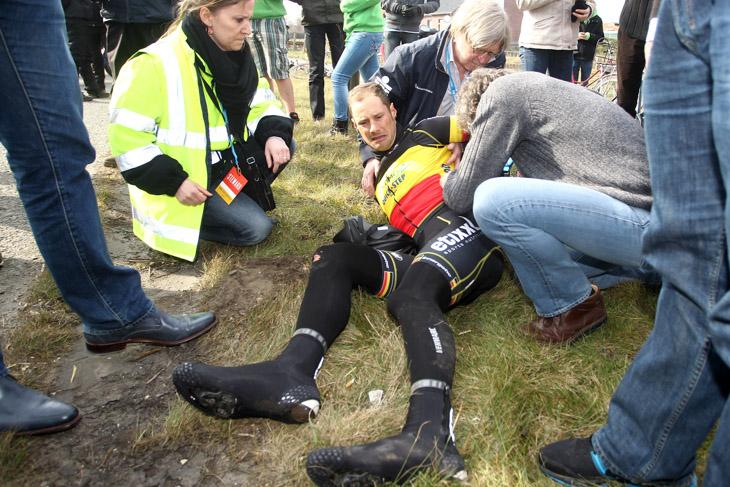 19km地点で落車したトム・ボーネン(ベルギー、オメガファーマ・クイックステップ)