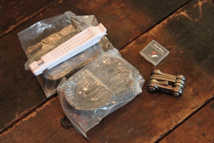 サドルバッグには携帯工具、チューブ2本、タイヤレバー、パンク修理用のパッチセットを備えている