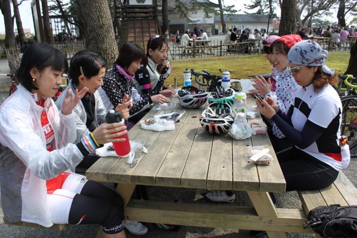 小田原城近くの和菓子屋で大福や赤飯などを思い思いに買って補給。甘いモノに女性はみんな幸せです