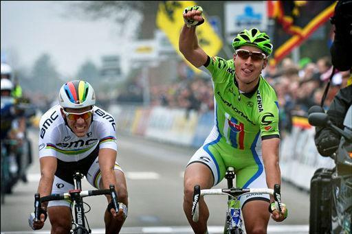 フィリップ・ジルベール(ベルギー、BMCレーシングチーム)をスプリントで下したペーター・サガン(スロバキア、キャノンデールプロサイクリング)