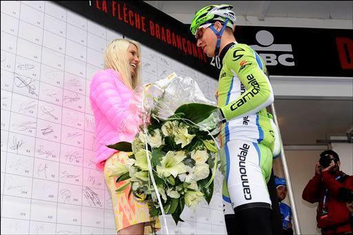 マヤ・レイェさんに花束を渡すペーター・サガン(スロバキア、キャノンデールプロサイクリング)