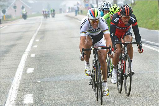 追走グループを形成するフィリップ・ジルベール(ベルギー、BMCレーシングチーム)ら