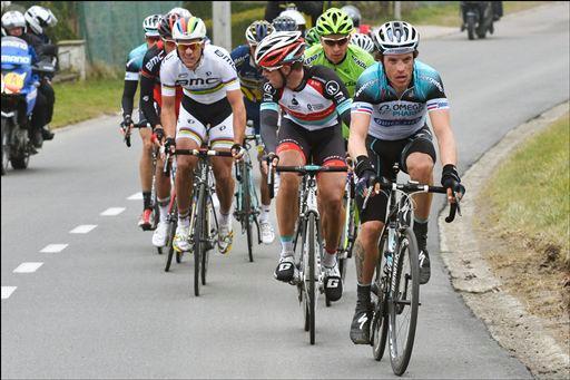 11名の先頭グループをシルヴァン・シャヴァネル(フランス、オメガファーマ・クイックステップ)が率いる