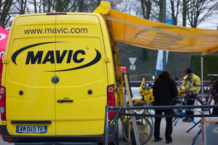 マヴィックのメカニックブースでサポートを受ける