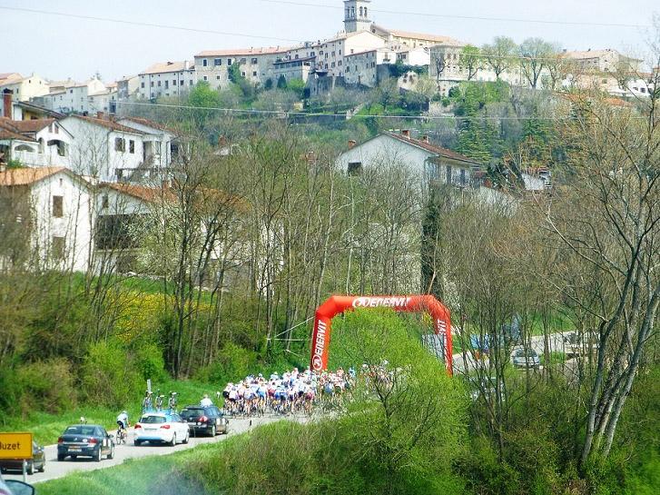 第1ステージ ラスト1km岡、横山の第2グループに橋詰の集団が追いつき大きなグループになる